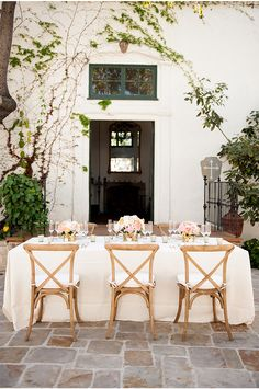 I want to be a guest at this table via StyleUnveiled.com / McCune Photography / Peach and Gold Wedding Ideas