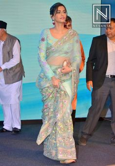 Sonam Kapoor stuns in a beautiful saree at an award ceremony! Indian Attire, Indian Ethnic Wear, Indian Style, Indian Beauty Saree, Indian Sarees, Indian Wedding Outfits, Indian Outfits, Saree Blouse Neck Designs, Simple Sarees