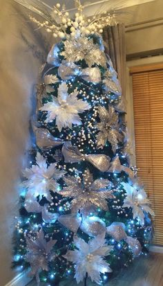 Trends in Christmas tree decoration 2019 - Oscar Wallin Elegant Christmas Trees, Blue Christmas Decor, Christmas Tree Design, Colorful Christmas Tree, Christmas Tree Themes, Silver Christmas, Noel Christmas, Xmas Decorations, Christmas 2019