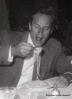 The fork that changed the fate of spaghetti - The Chic Flâneuse Divas, Spaghetti, Cinema, Actor Studio, People Eating, Ap Art, Pasta, Special People, The Chic
