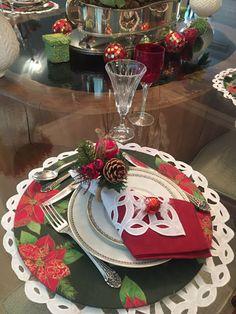 Mesa natalina, com sousplat de madeira revestido de tecido e jogo americano de richelieu branco por baixo. As cores vermelho e branco para o Natal ficam lindas.