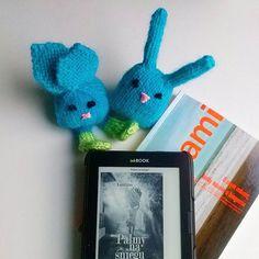 książki i zabawki na drutach