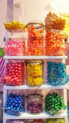¡¡Buenos dias!!  Hoy es un buen día para ser feliz, os presentamos nuestras perlas de baño y jaboncitos aromaticos #jabones #perlasdeaceite #lacasitadecocó #granada #color #tiendasdegranada #andalucia #3demayo