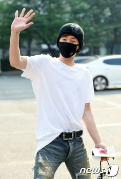 20150529 Kim Sung Kyu  Music Bank - jeans!!!!  hands...  ..   Sunggyu,,,, jeans.... hands...........   where do I look...