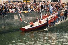 """Lancement de la yole """"Volonté"""" en 1998 par les Ateliers de l'Enfer,  Douarnenez."""