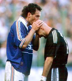 Baiser culte : le baiser de Laurent Blanc sur le crane de Fabien Barthez, 1998