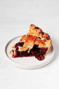 A classic, American dessert goes vegan! This vegan cherry pie is sweet and summery, made with a traditional double crust. Frozen Cherries, Sweet Cherries, Delicious Vegan Recipes, Vegan Desserts, Sweet Cherry Pie, American Desserts, Cherry Cobbler, Going Vegan, Pie Recipes