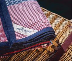 eine wasserabweisende Picknickdecke gehört zur Picknick-Grundausrüstung