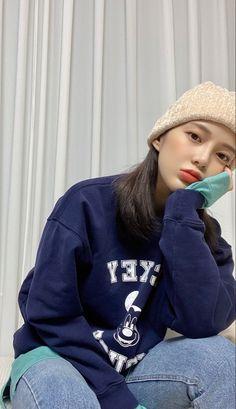 Kpop Girl Groups, Kpop Girls, Bucket Hat, Graphic Sweatshirt, Sweatshirts, Hats, Sweaters, Fashion, Moda