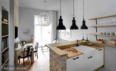 W niewielkim mieszkaniu połączenie kuchni z salonem pozwoliło optycznie powiększyć przestrzeń. Elementem oddzielającym jest półwysep, który od strony salonu wyłożono cegłą.