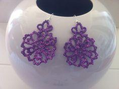 orecchini all'uncinetto a forma di fiore.Dipinto nei toni del violetto,con glitter lilla e vetrificante