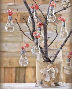 branche arbre dans un vase en verre, suspension ampoules électriques remplies de petites roses, activité manuelle printemps