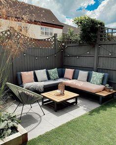 Corner Garden Seating, Backyard Seating, Backyard Patio Designs, Corner Patio Ideas, Small Backyard Design, Small Garden Corner Sofa, Narrow Patio Ideas, Diy Garden Seating, Corner Deck