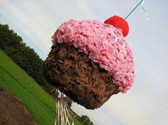 idée de pinata anniversaire en forme de cupcake, décoré de papier de soie rose et une énorme cerise