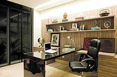 As prateleiras do home office ostentam elementos decorativos e livros bem organizados. O lugar é ideal para quem tem arquivos digitalizados, já que os espaços para arquivar documentos são pouco explorados. Projeto de Yeda Garcia (Edgard Cesar/Divulgação)