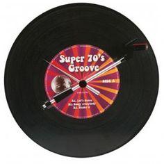 Deze Super 70's Groove wandklok is een echte musthave voor de voor de Vinyl verzamelaars of de jaren 70 muziek liefhebbers. Een klok in de vorm van een echte LP. De plaat draait rond en de armen van een platenspeler geven de tijd aan. Nu van € 75,00 voor € 66,00!