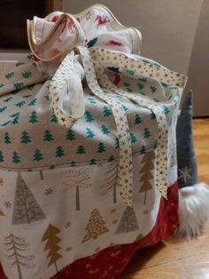 Et si cette année vous confectionniez une hotte de Noël en tissu pour placer tous les cadeaux au pied du sapin ou décorer votre intérieur à l'occasion des fêtes ? Ce tuto couture est gratuit. Occasion, Blanket, Tutorial Sewing, Fume Hood, Fir Tree, Tutorials, Gifts, Sewing, Blankets
