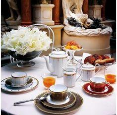Juego de Té de 12 servicios y 27 piezas en porcelana Limoges de la firma Haviland decorado a mano de forma artesanal y fabricado en exclusiva previo encargo.