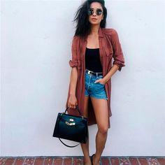Shay Mitchell com camisa alongada + shorts jeans.