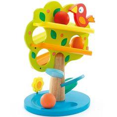 Leg een bal klaar bovenaan de boom, duw op het staartje van de vogel en kijk hoe de bal langs alle takken en door de boom naar beneden rolt om dan langs de blaadjes en de stam op de grond te vallen. Nog even tikt hij een bloem aan die hem goeiedag zegt! Maak het nog leuker door de drie ballen achter elkaar te laten rollen! Zowel de boom als de vogel zijn van hout en in vrolijke kleuren geschilderd. Ook mooi als decoratie!