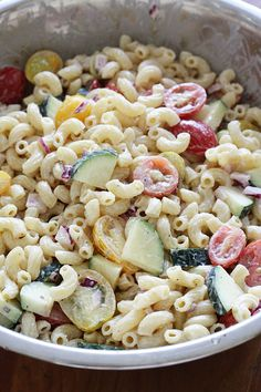 Need a macaroni salad to bring to your next BBQ without tons of fat and calories? Look no further! This is the perfect summer pasta salad loaded with fresh summer tomatoes and zucchini tossed in a light creamy dressing. I even snuck in some Greek yogu Summer Macaroni Salad, Summer Pasta Salad, Summer Salads, Macaroni Pasta, Healthy Macaroni Salad, Salada Light, Great Recipes, Favorite Recipes, Yummy Recipes