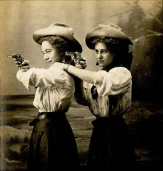 Thelma et Louise cowgirls Vintage Pictures, Old Pictures, Vintage Images, Old Photos, Western Film, Western Chic, Vintage Cowgirl, Cowboy And Cowgirl, Cowgirl Hats