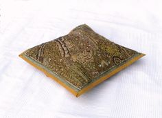 Housse de coussin brodée ocre, tenture indienne ocre, tenture murale, set de table, tenture brodée ocre, artisanat indien de la boutique IndianShopbyDLFine sur Etsy