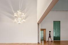As soluções de iluminação são inúmeras na Stoc Casa. Gosta deste candeeiro / aplique da Vibia? Pode ser seu.