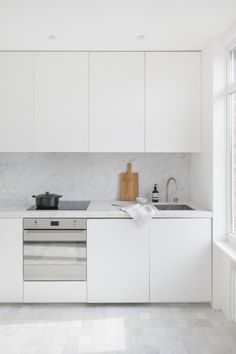 white and black kitchen + clean kitchen + minimal decor + kitchen inspration + white kitchen + simple kitchen + minimal kitchen + cutting board decor + styled kitchen + bright and airy kitchen + natural light + interior design + hgtv + bhg // #kitchendesignideas #minimalkitchen #apartmenttherapy #decoratingideas