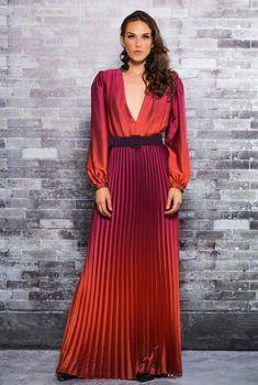Vestido Plissado Degrade Ton Âge - Estampa desenvolvida para marca de moda, pela empresa @amascarello. Elegant Outfit, Elegant Dresses, Beautiful Dresses, Casual Dresses, Abaya Fashion, Women's Fashion Dresses, Color Combinations For Clothes, Maxi Outfits, Looks Plus Size