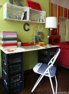 """""""Tempi duri"""" scrivania con cassette della frutta Donnarita magazine Foto Marzia Malli http://www.donnarita.it/magazine/donnarita-magazine-1/"""