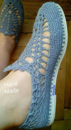 Looking for some cool crafts for teens to make and sell? These cheap, creative and cool DIY projects are some of the best ways forThis Pin was discovered by İsm Immediately try this Easy DIY Holiday Crafts! Crochet Sandals, Crochet Boots, Crochet Slippers, Crochet Clothes, Knit Crochet, Crochet Slipper Pattern, Crochet Patterns, Crochet Flip Flops, Crochet Video