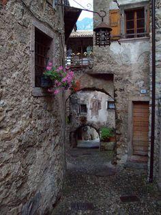 Paese medievale sul lago di Tenno (Trento)