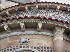 De abdijkerk van Issoire: Issoire: Romaanse apsis van de abdijkerk St. Austell met zijn sculpturen, waarvan het sterrenbeeld van de leeuw, en mozaïeken - France-Voyage.com