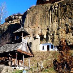 Monastery Corbii de Piatra Turism Romania, Visit Romania, Wonderful Places, Beautiful Places, Famous Castles, Architecture Old, Medieval Castle, Bucharest, Historical Sites