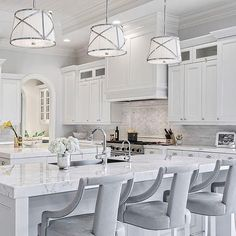 Luxury Kitchen So bright and light Luxury Kitchen Design, Best Kitchen Designs, Luxury Kitchens, Home Design, Cool Kitchens, Interior Design, Interior Decorating, Decoration Hall, Cuisines Design