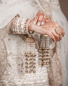 Pakistani Bridal Jewelry, Indian Bridal Jewelry Sets, Bridal Bangles, Bridal Accessories, Bridal Jewellery, Antique Jewellery Designs, Fancy Jewellery, Diamond Jewellery, Mode Bollywood