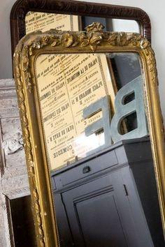 Miroirs anciens aux Puces du Canal stand de Florence Bouvier / Photo Patrice Gavand via CôtéMaison.fr
