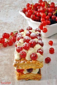 Aus Blätterteig, Butter-Frischkäse-Creme und Johannisbeeren entstand diese Cremeschnitte.