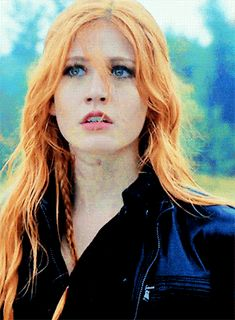 Animated gif uploaded by brenda. Find images and videos about gif, shadowhunters and clary fray on We Heart It - the app to get lost in what you love. Katherine Mcnamara, Clary Fray Hair, Clary E Jace, Rpg Hogwarts, Killua, Cassandra Clare, Divergent Funny, Allegiant Divergent, Abraham Van Helsing