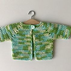 Gratis haakpatroon kleurrijk babyvestje - free crochet pattern colourfull baby cardigan - Annelies Baes - I love making top-down garments. They are seamless and very comfortable. This is a mini top-down ca - Baby Cardigan, Baby Vest, Crochet Baby Jacket, Crochet Cardigan Pattern, Crochet Doll Clothes, Crochet Patterns For Beginners, Baby Kind, Baby Sweaters, Baby Patterns