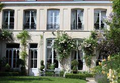 Au cœur du Vieux Lille, hôtel particulier 18ème S. à usage mixte sur 770m2 de cour pavée et jardin discret - immobilier prestige - nord-pas-de-calais - Patrice Besse Châteaux et Demeures de France, agence immobilière spécialisée dans la vente de châteaux, demeures historiques et tout édifice de caractère