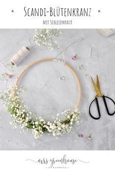 DIY für einen Blütenkranz im klassischen skandinavischen Design. Ganz leicht und zart und ideal für jede Gelegenheit. Ob zur Taufe, zur Hochzeit oder als Geburtstagsdeko. Dieser Kranz ist einfach eine wunderschöne Dekorationsidee.