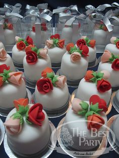 Mini Bolos Individual Wedding Cakes, Cupcake, Desserts, Food, Art Cakes, Sweets, Mini Pastries, Kinky Hair, Party