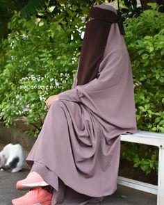 ☪️ Niqab Fashion, Modern Hijab Fashion, Islamic Fashion, Girl Fashion, Hijabi Girl, Girl Hijab, Maybelline Color Whisper, Beautiful Muslim Women, Deen