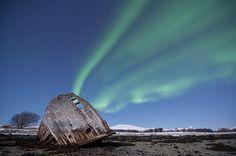 Northern lights - shipwreck by Bernt Olsen