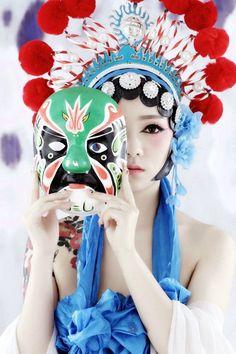 Geisha, Sister Poses, Chinese Opera, Traditional Japanese Art, Strange Photos, Folk Costume, Beautiful Asian Girls, Chinese Style, Beauty And The Beast