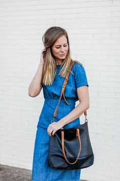 The Abera Crossbody Tote can be worn over the shoulder, or across your body, and is the ideal size to function as your work bag or as your everyday purse. The black leather body has 3 options for strap accents: cognac, chocolate, or black. It features an interior pocket and a magnetic closure.