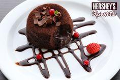 Crea espejos y bellas decoraciones para tus platos con Jarabe sabor a chocolate Hershey's®, su tapa que no gotea te permitirá crear diferentes combinaciones de líneas. #Hersheys #Chocolate #InspiraSonrisas #Repostería #Postres #Receta #DIY #Recetario #Delicioso