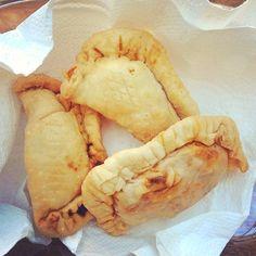 Antilliaanse pasteitjes Jamaican Recipes, Empanadas, Dumplings, Camembert Cheese, A Food, Dairy, Vegetables, Desserts, Om